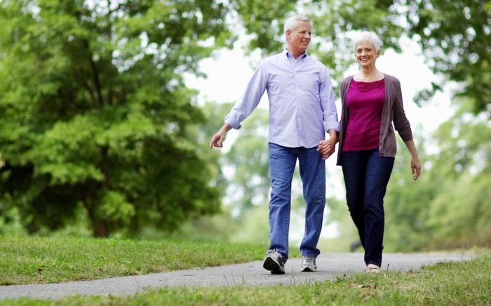 Ouderen wandelen door het park